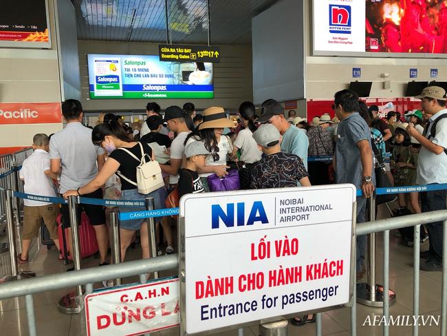 Ảnh: Mùa du lịch, biển người vật vã hàng tiếng đồng hồ chờ check in ở sân bay Nội Bài - Ảnh 16.