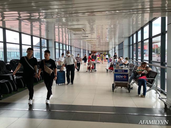 Ảnh: Mùa du lịch, biển người vật vã hàng tiếng đồng hồ chờ check in ở sân bay Nội Bài - Ảnh 3.