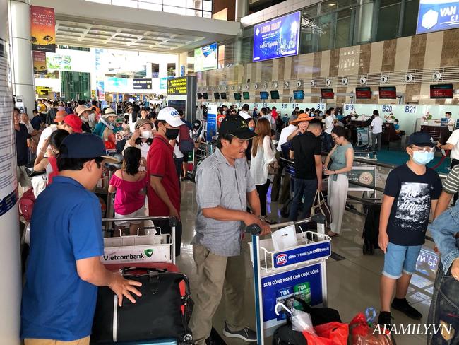 Ảnh: Mùa du lịch, biển người vật vã hàng tiếng đồng hồ chờ check in ở sân bay Nội Bài - Ảnh 10.
