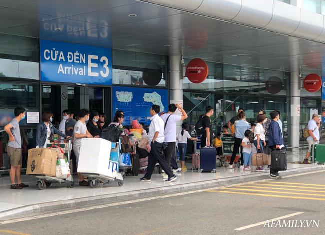 Ảnh: Mùa du lịch, biển người vật vã hàng tiếng đồng hồ chờ check in ở sân bay Nội Bài - Ảnh 2.