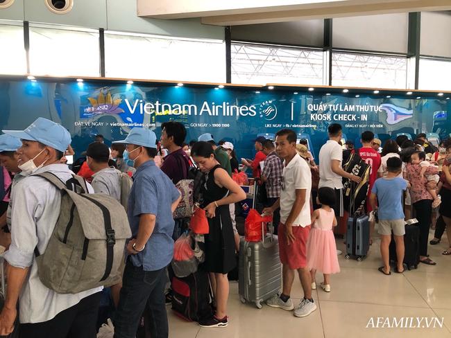 Ảnh: Mùa du lịch, biển người vật vã hàng tiếng đồng hồ chờ check in ở sân bay Nội Bài - Ảnh 12.