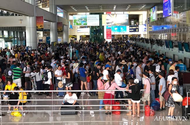 Ảnh: Mùa du lịch, biển người vật vã hàng tiếng đồng hồ chờ check in ở sân bay Nội Bài - Ảnh 5.