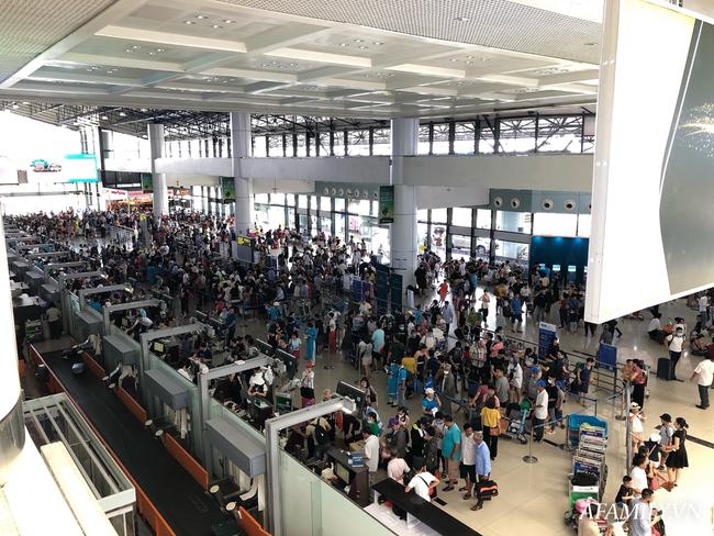 Ảnh: Mùa du lịch, biển người vật vã hàng tiếng đồng hồ chờ check in ở sân bay Nội Bài - Ảnh 4.