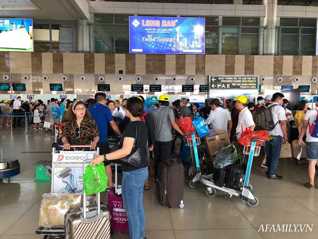 Ảnh: Mùa du lịch, biển người vật vã hàng tiếng đồng hồ chờ check in ở sân bay Nội Bài - Ảnh 7.