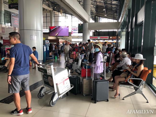 Ảnh: Mùa du lịch, biển người vật vã hàng tiếng đồng hồ chờ check in ở sân bay Nội Bài - Ảnh 6.
