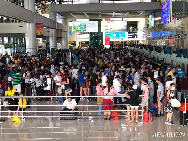Ảnh: Mùa du lịch, biển người vật vã hàng tiếng đồng hồ chờ check in ở sân bay Nội Bài - Ảnh 14.