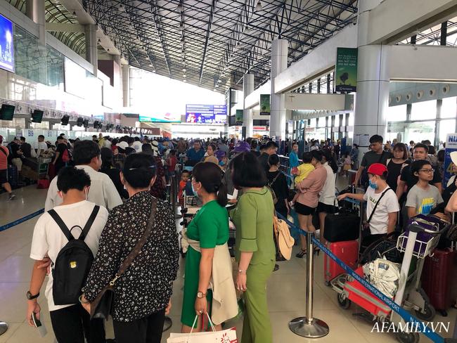 Ảnh: Mùa du lịch, biển người vật vã hàng tiếng đồng hồ chờ check in ở sân bay Nội Bài - Ảnh 9.