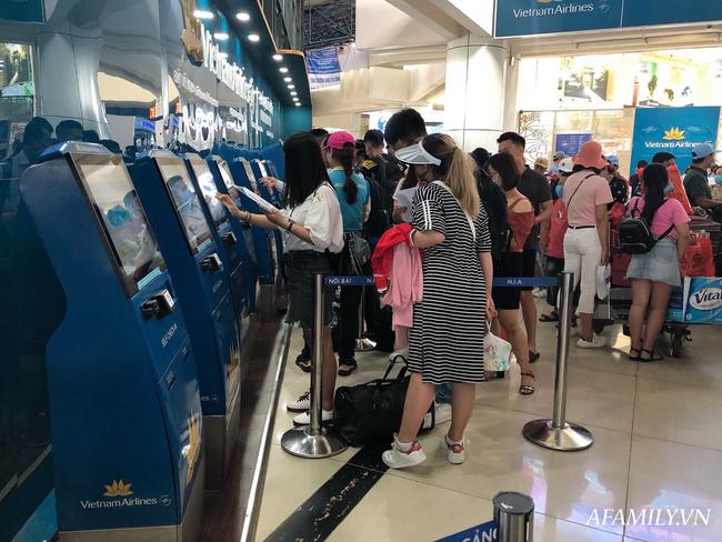 Ảnh: Mùa du lịch, biển người vật vã hàng tiếng đồng hồ chờ check in ở sân bay Nội Bài - Ảnh 13.