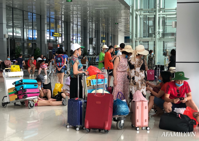 Ảnh: Mùa du lịch, biển người vật vã hàng tiếng đồng hồ chờ check in ở sân bay Nội Bài - Ảnh 11.