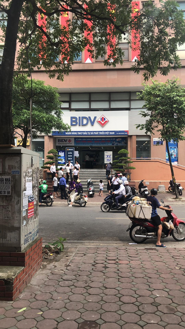 Hà Nội: Hai tên cướp đeo khẩu trang, nổ súng cướp gần hai trăm triệu đồng tại Chi nhánh Ngân hàng BIDV - Ảnh 1.
