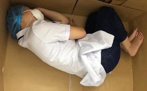 Lãnh đạo Đà Nẵng nói gì về bức ảnh nữ y tá ngủ trong thùng carton? - Ảnh 1.