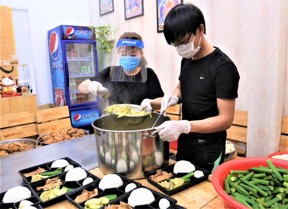 Người Đà Nẵng nấu hàng nghìn suất ăn VIP phục vụ miễn phí 3 Bệnh viện đang bị cách ly  - Ảnh 7.
