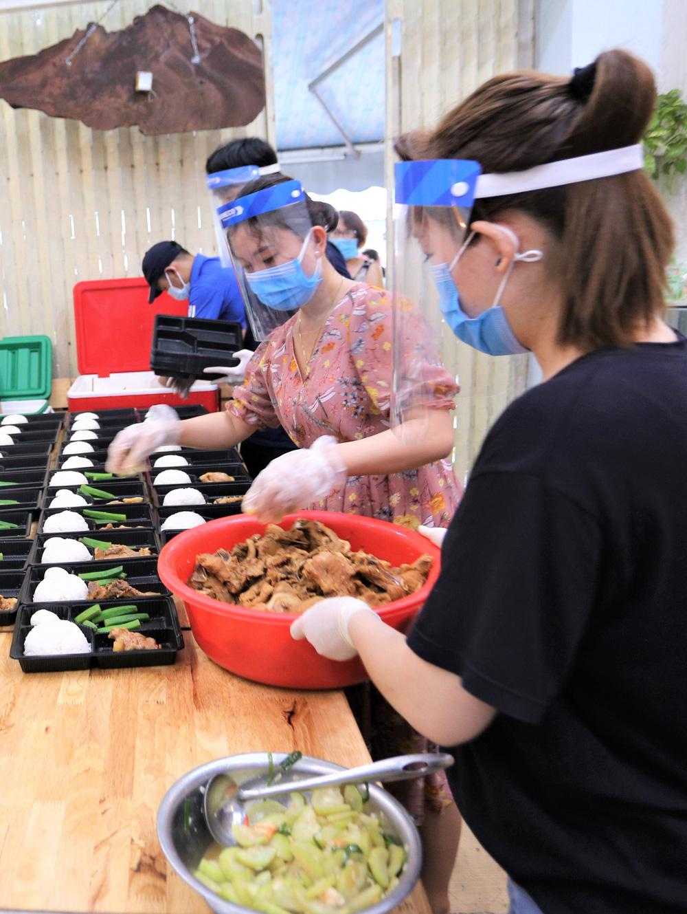 Người Đà Nẵng nấu hàng nghìn suất ăn VIP phục vụ miễn phí 3 Bệnh viện đang bị cách ly  - Ảnh 8.