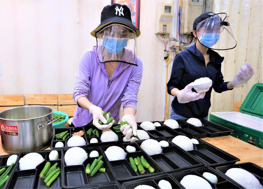 Người Đà Nẵng nấu hàng nghìn suất ăn VIP phục vụ miễn phí 3 Bệnh viện đang bị cách ly  - Ảnh 6.