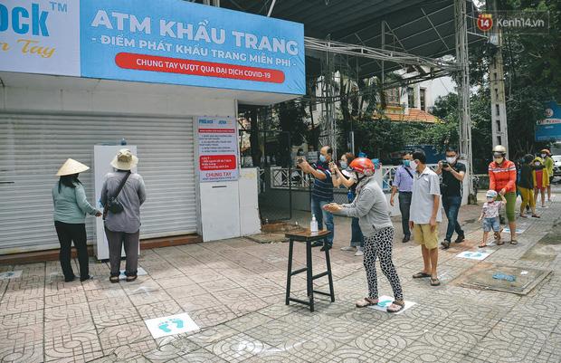 Cha đẻ ATM gạo lần đầu cho ra đời ATM khẩu trang miễn phí cho bà con Sài Gòn phòng dịch Covid-19 - Ảnh 2.