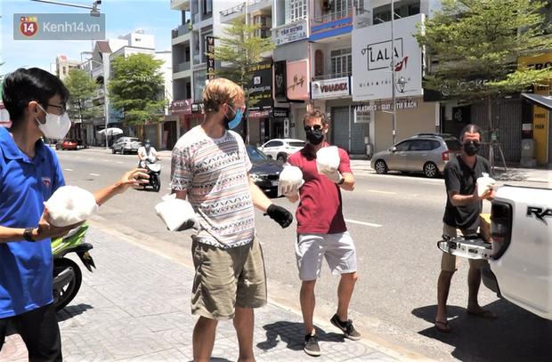 Người nước ngoài tặng nhu yếu phẩm, khẩu trang tiếp sức Đà Nẵng chống Covid-19: Chúng tôi muốn trả ơn thành phố này - Ảnh 6.