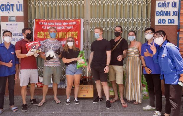 Người nước ngoài tặng nhu yếu phẩm, khẩu trang tiếp sức Đà Nẵng chống Covid-19: Chúng tôi muốn trả ơn thành phố này - Ảnh 8.