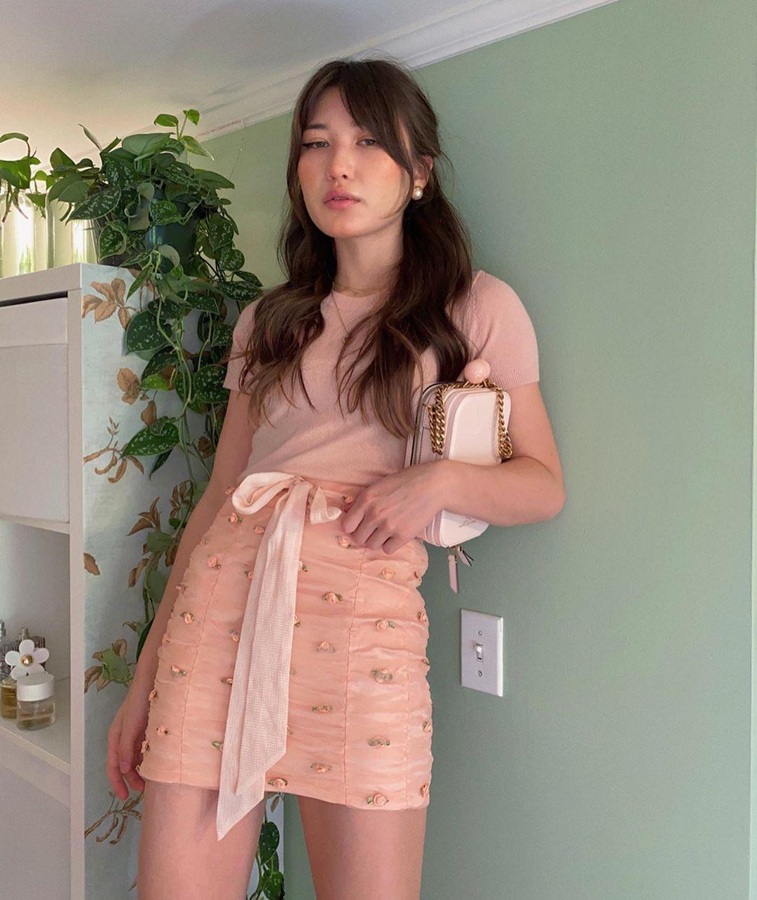 cô gái mặc chân váy chữ A màu hồng