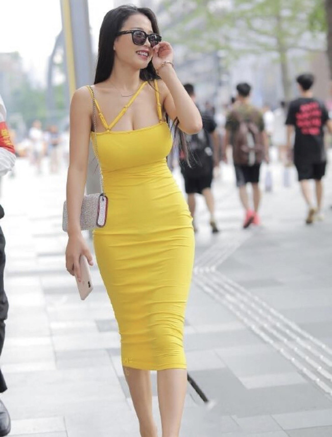Váy ôm chính là vũ khí để hội các nàng sở hữu vóc dáng nuột nà khoe đường cong gợi cảm. Tuy nhiên với những ai có vòng 1 khủng thì kiểu váy ôm sát quá lại nhìn hơi 'phồn thực'.