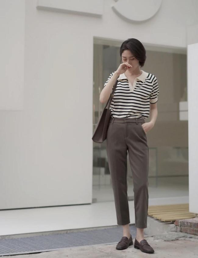 Cô nàng này chọn cho mình combo áo và quần đúng chuẩn mùa Thu. Áo polo kẻ + quần âu + loafer rất phù hợp để các chị em chọn mặc đi làm.