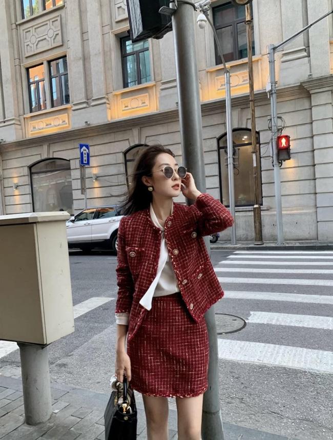 Vải tweed là vải sẽ lên ngôi mùa Thu/Đông, nếu chưa có ý tưởng nào diện đồ đi làm, hãy học cô nàng này cách diện cả cây đồ tweed.