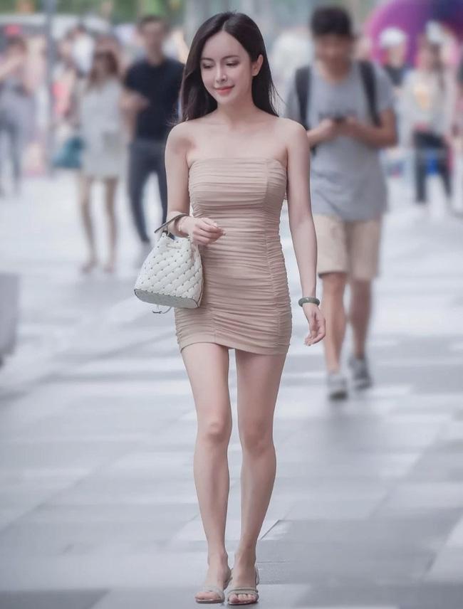 Cô nàng này lại chọn cho mình chiếc váy quây ôm sát màu be, tuy nhiên nếu thay thế đôi <a href=