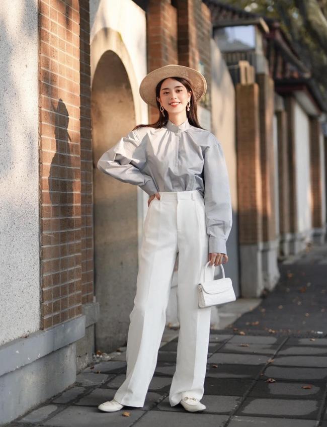Với những chiếc áo blouse tay bồng, bạn nên chọn quần hoặc váy mix cùng thật đơn giản. Ăn điểm nhất vẫn là các items váy hoặc quần cạp cao đấy nhé các nàng.