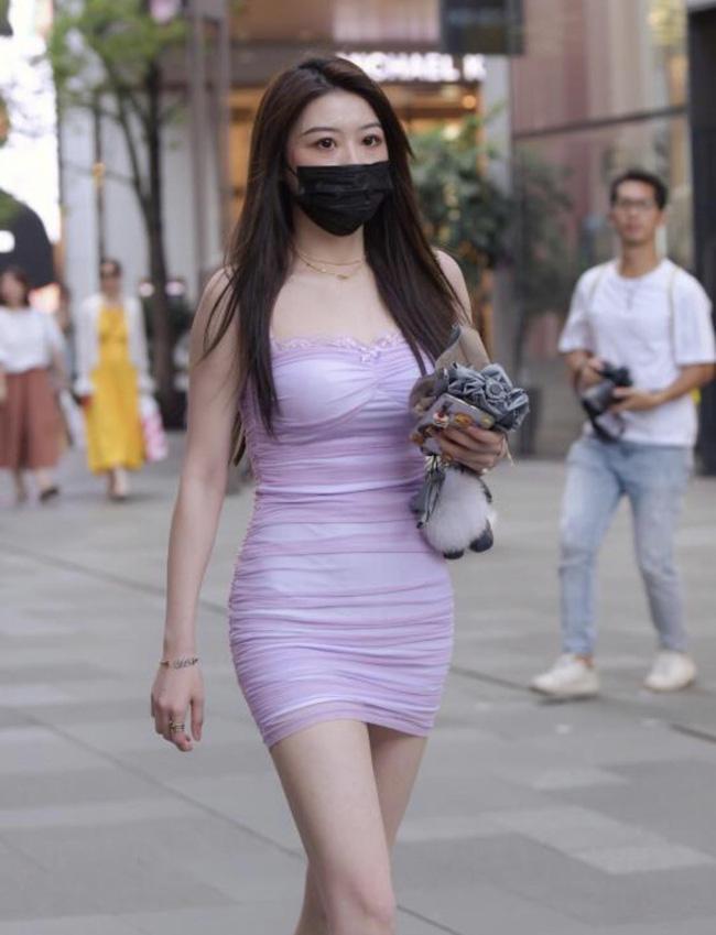 Chọn chiếc váy ôm màu tím đúng chuẩn hot trend, tuy nhiên phần cúp ngực của chiếc váy lại hơi thừa chi tiết ren, và chính chi tiết này đã khiến cho chiếc váy kém sang đi vài phần.