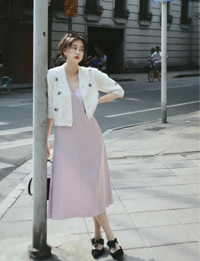 Tận dụng chiếc váy lụa hai dây của mùa Hè, cô nàng này đã có ngay set đồ xuống phố ngày cuối tuần.
