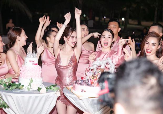 Ngọc Trinh tung loạt ảnh căng đét trong tiệc sinh nhật: Nguyên team đi ra hết để nữ hoàng nội y chiếm trọn spotlight - Ảnh 4.