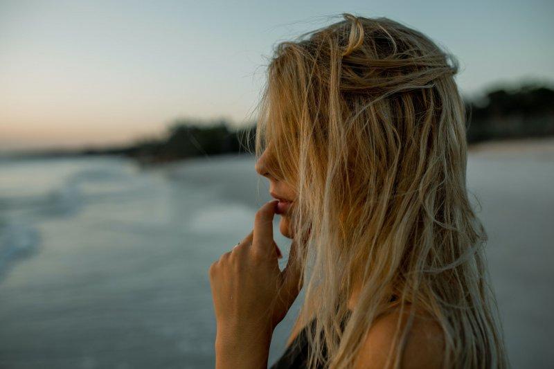 tự ti - cô gái tóc vàng nhìn ra biển