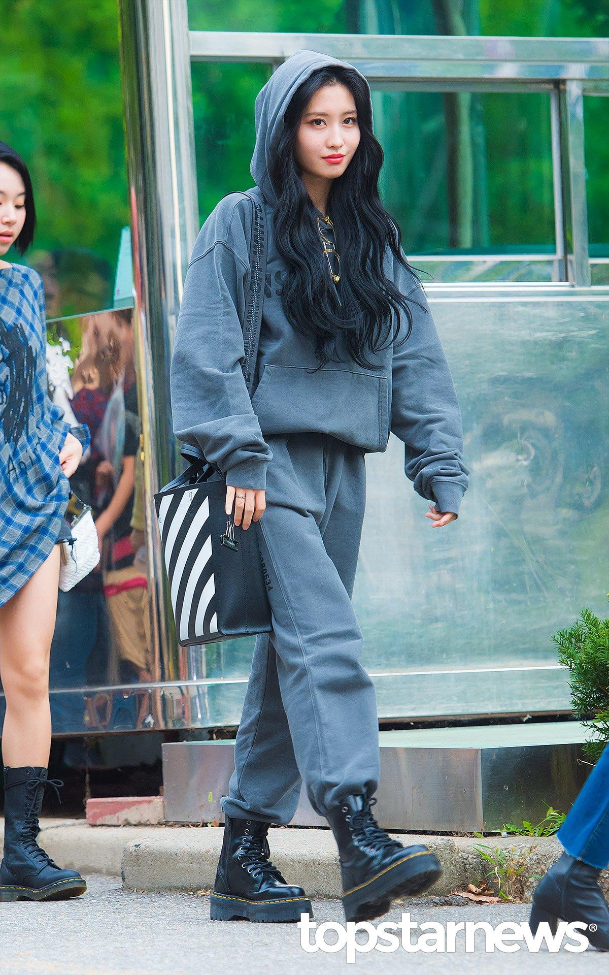 áo hoodie phối cùng quần jeans màu đồng điệu cùng giày cổ cao chiến binh