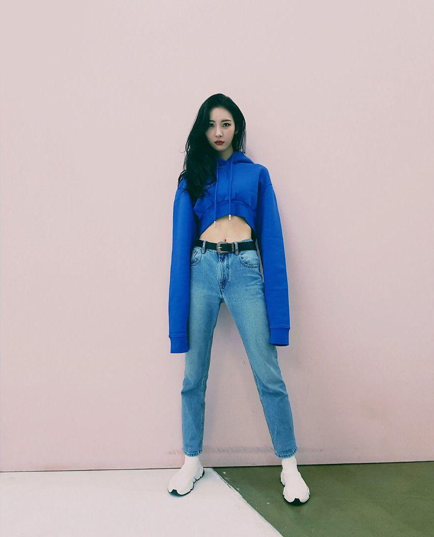 áo hoodie dáng lửng phối cùng quần jeans và thắt lưng