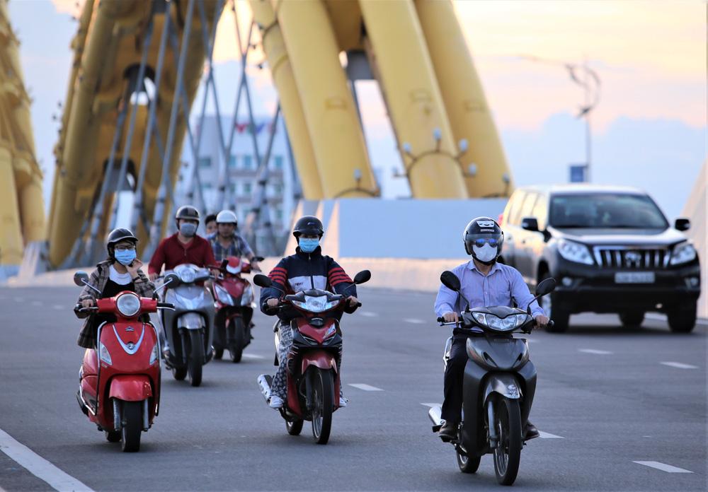 Phố xá, khu vui chơi ở Đà Nẵng nhộn nhịp trong đêm đầu tiên trở lại trạng thái bình thường mới - Ảnh 6.