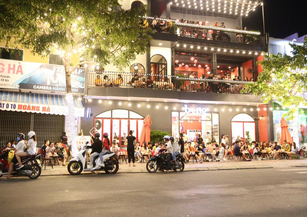 Phố xá, khu vui chơi ở Đà Nẵng nhộn nhịp trong đêm đầu tiên trở lại trạng thái bình thường mới - Ảnh 12.