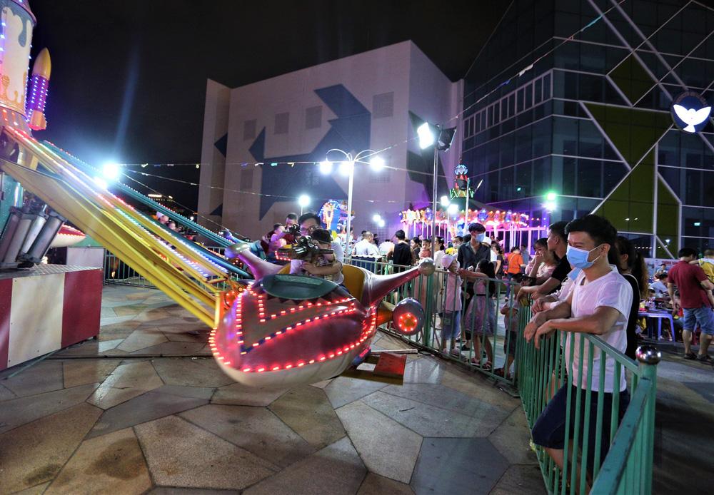 Phố xá, khu vui chơi ở Đà Nẵng nhộn nhịp trong đêm đầu tiên trở lại trạng thái bình thường mới - Ảnh 13.