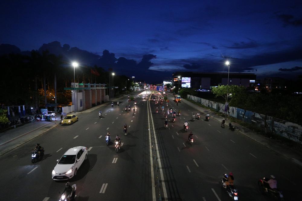 Phố xá, khu vui chơi ở Đà Nẵng nhộn nhịp trong đêm đầu tiên trở lại trạng thái bình thường mới - Ảnh 7.