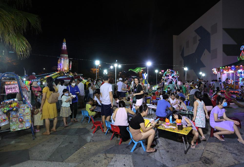 Phố xá, khu vui chơi ở Đà Nẵng nhộn nhịp trong đêm đầu tiên trở lại trạng thái bình thường mới - Ảnh 14.