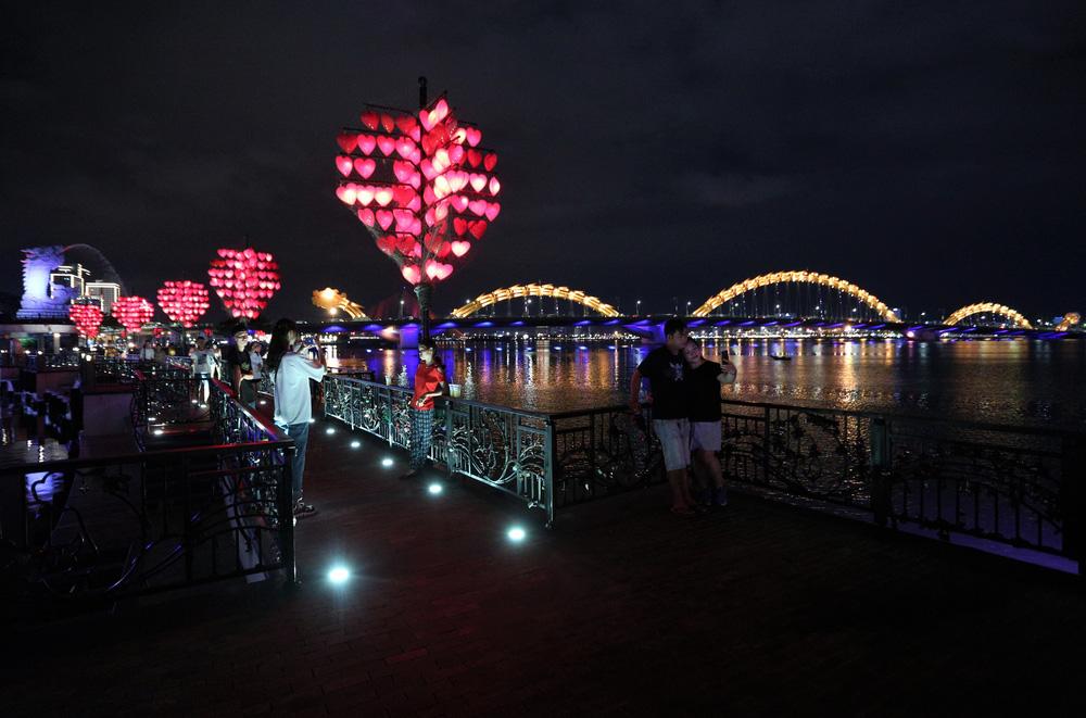 Phố xá, khu vui chơi ở Đà Nẵng nhộn nhịp trong đêm đầu tiên trở lại trạng thái bình thường mới - Ảnh 21.