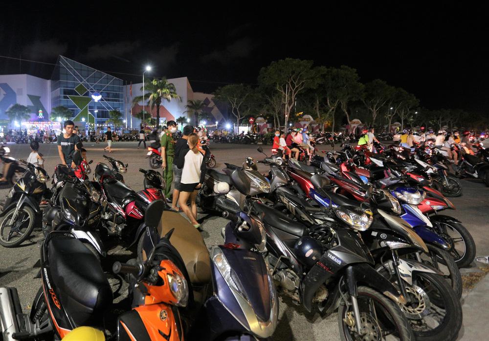 Phố xá, khu vui chơi ở Đà Nẵng nhộn nhịp trong đêm đầu tiên trở lại trạng thái bình thường mới - Ảnh 20.