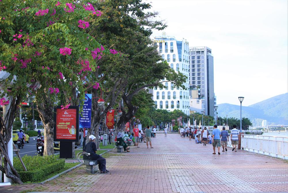 Phố xá, khu vui chơi ở Đà Nẵng nhộn nhịp trong đêm đầu tiên trở lại trạng thái bình thường mới - Ảnh 4.