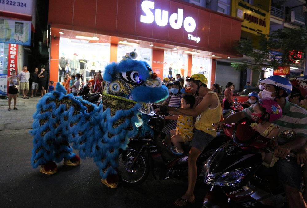 Phố xá, khu vui chơi ở Đà Nẵng nhộn nhịp trong đêm đầu tiên trở lại trạng thái bình thường mới - Ảnh 10.