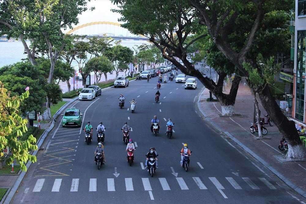 Phố xá, khu vui chơi ở Đà Nẵng nhộn nhịp trong đêm đầu tiên trở lại trạng thái bình thường mới - Ảnh 2.