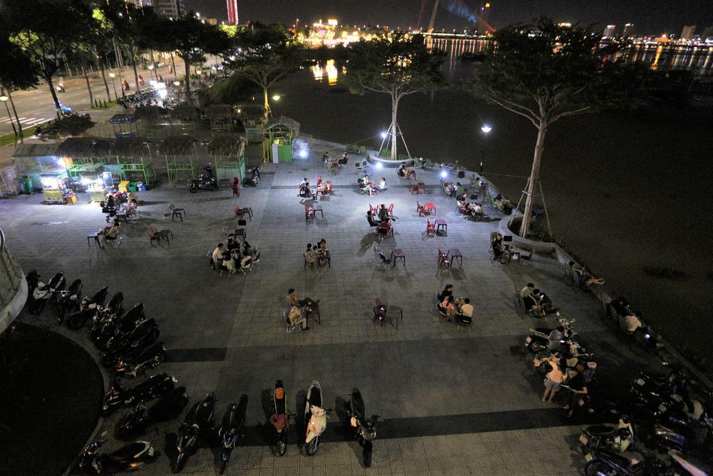 Phố xá, khu vui chơi ở Đà Nẵng nhộn nhịp trong đêm đầu tiên trở lại trạng thái bình thường mới - Ảnh 23.