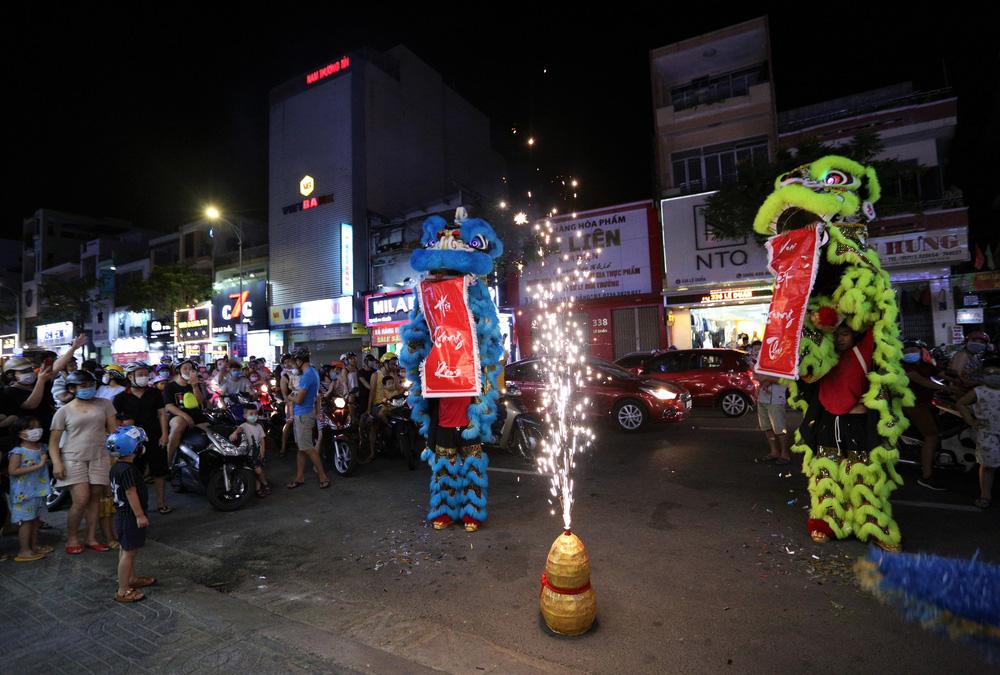 Phố xá, khu vui chơi ở Đà Nẵng nhộn nhịp trong đêm đầu tiên trở lại trạng thái bình thường mới - Ảnh 9.