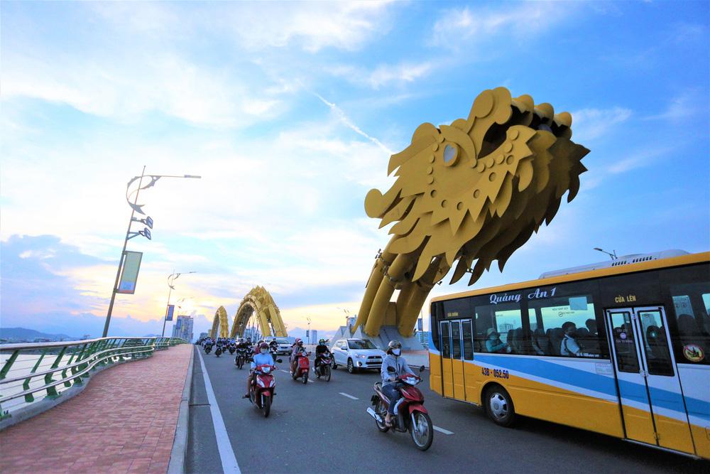 Phố xá, khu vui chơi ở Đà Nẵng nhộn nhịp trong đêm đầu tiên trở lại trạng thái bình thường mới - Ảnh 1.