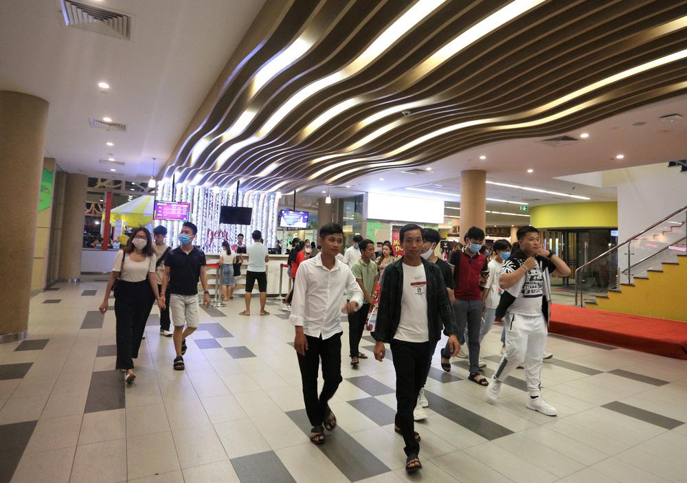 Phố xá, khu vui chơi ở Đà Nẵng nhộn nhịp trong đêm đầu tiên trở lại trạng thái bình thường mới - Ảnh 15.