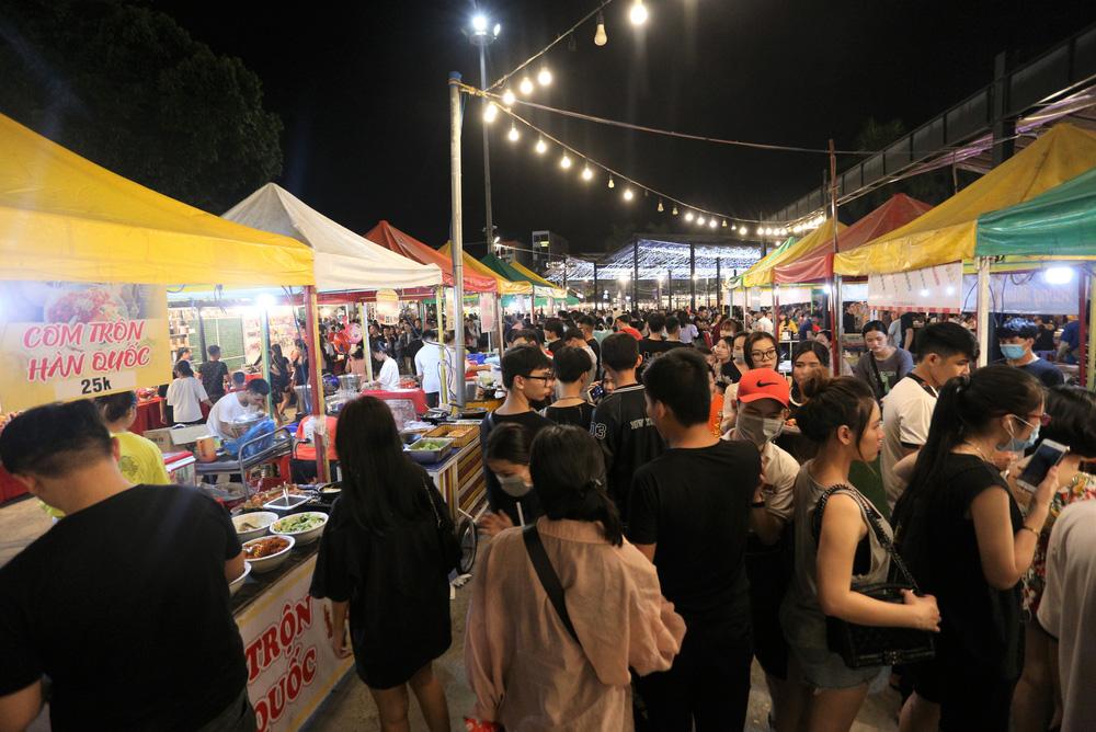 Phố xá, khu vui chơi ở Đà Nẵng nhộn nhịp trong đêm đầu tiên trở lại trạng thái bình thường mới - Ảnh 17.