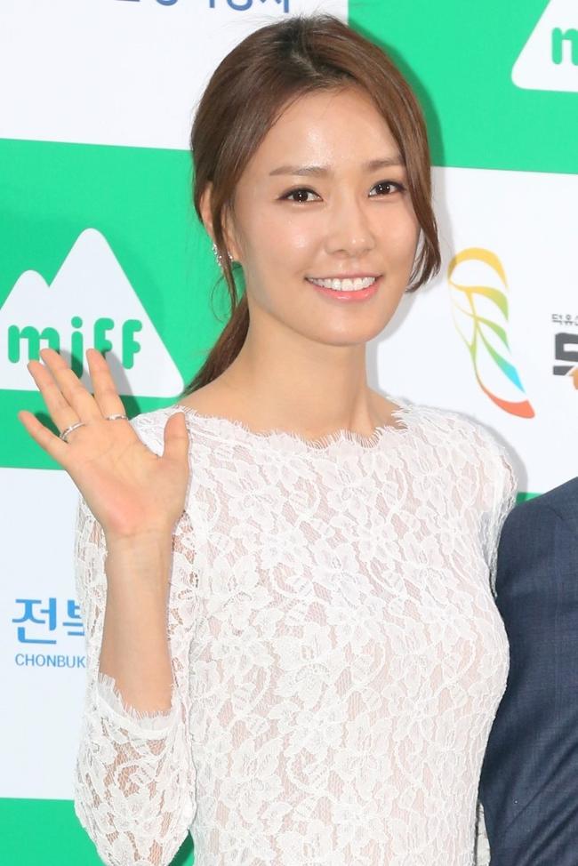 Vợ chồng tài tử Kwon Sang Woo kỷ niệm 12 năm chung sống, mặt mộc của cựu Á hậu Hàn Quốc gây sốt MXH vì vượt xa Kim Tae Hee - Ảnh 2.