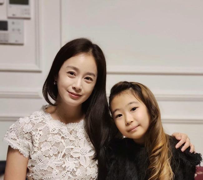 Vợ chồng tài tử Kwon Sang Woo kỷ niệm 12 năm chung sống, mặt mộc của cựu Á hậu Hàn Quốc gây sốt MXH vì vượt xa Kim Tae Hee - Ảnh 3.